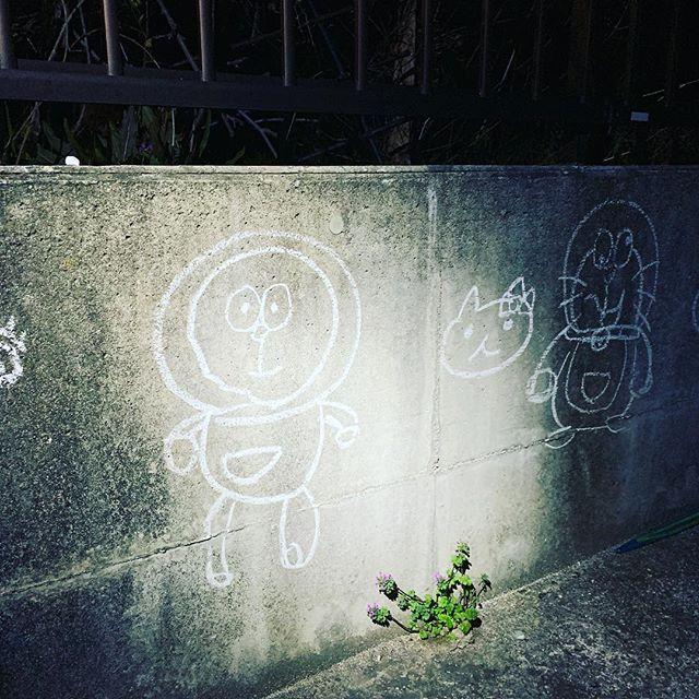 落書き仕事終わって家に着いたら、子供の落書き癒されました。#自宅#癒し #こども #間違ってる #絵 #ドラえもん #いいね #佐賀県#吉野ヶ里町 #えびフライ #夜 (Instagram)