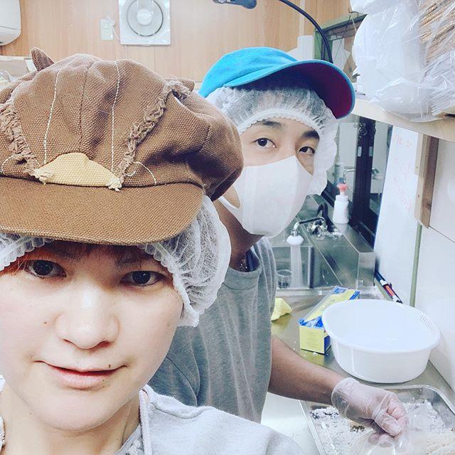 夜も作業!!ありがとうございます頑張ります!#EBI江口魚株式会社 #ふるさと納税#えびフライ #よる#楽しい #海老#今日は寒い #帽子かわいいでしょ#さが (Instagram)